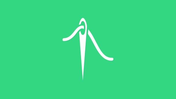 Weiße Nadel zum Nähen mit Fadensymbol auf grünem Hintergrund. Maßanfertigung. Textil nähen Handwerk Zeichen. Stickwerkzeug. 4K Video Motion Grafik Animation
