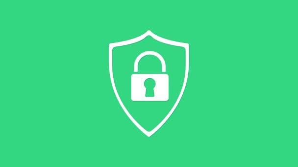 Fehér Pajzs biztonsági zár ikon elszigetelt zöld háttér. Védelem, biztonság, jelszóvédelem. Tűzfal hozzáférés adatvédelmi tábla. 4K Videó mozgás grafikus animáció