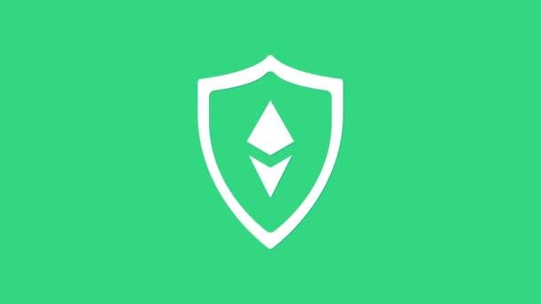 Fehér Pajzs Ethereum ETH ikon elszigetelt zöld alapon. Kriptovaluta bányászat, blockchain technológia, biztonság, védelem, digitális pénz. 4K Videó mozgás grafikus animáció