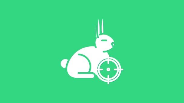 White Hunt auf Kaninchen mit Fadenkreuz-Symbol auf grünem Hintergrund. Vereinslogo mit Kaninchen und Zielscheibe. Zielfernrohr auf einen Hasen. 4K Video Motion Grafik Animation
