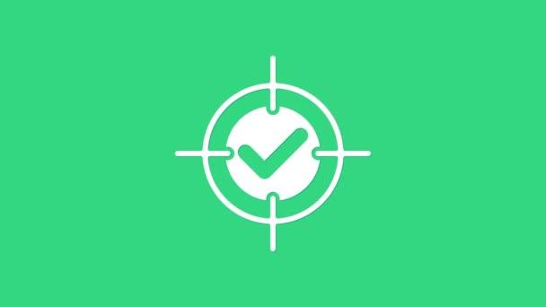 Fehér Célpont és ellenőrizze jel ikon elszigetelt zöld háttér. Dárdajel. Íjászati tábla ikon. Dartboard jel. Üzleti cél koncepció. 4K Videó mozgás grafikus animáció