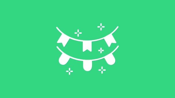 Fehér karnevál koszorú zászlók ikon elszigetelt zöld alapon. Parti zászlók születésnapi ünnepségre, fesztiválra és tisztességes dekorációra. 4K Videó mozgás grafikus animáció