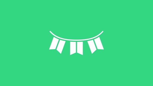 Fehér karnevál koszorú zászlók ikon elszigetelt zöld alapon. Parti zászlók a születésnapi ünnepségre, fesztivál dekoráció. 4K Videó mozgás grafikus animáció