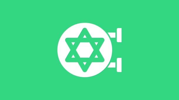 Fehér zsidó zsinagóga épület vagy zsidó templom ikon elszigetelt zöld alapon. Héber vagy judaista építkezés David Starnal. 4K Videó mozgás grafikus animáció