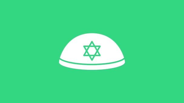 Fehér zsidó kippah a Dávid ikon csillagával, zöld háttérrel elszigetelve. Zsidó yarmulke kalap. 4K Videó mozgás grafikus animáció