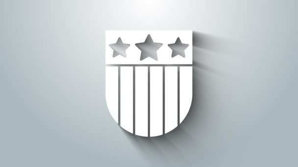 Fehér pajzs csillagok és csíkok ikon elszigetelt szürke háttér. Amerikai Egyesült Államok country flag. Július 4. Amerikai Függetlenség Napja. 4K Videó mozgás grafikus animáció