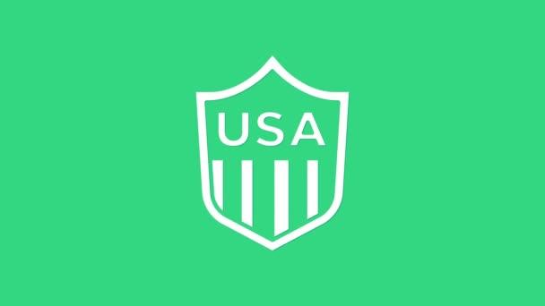 Fehér pajzs csillagok és csíkok ikon elszigetelt zöld alapon. Amerikai Egyesült Államok country flag. Július 4. Amerikai Függetlenség Napja. 4K Videó mozgás grafikus animáció