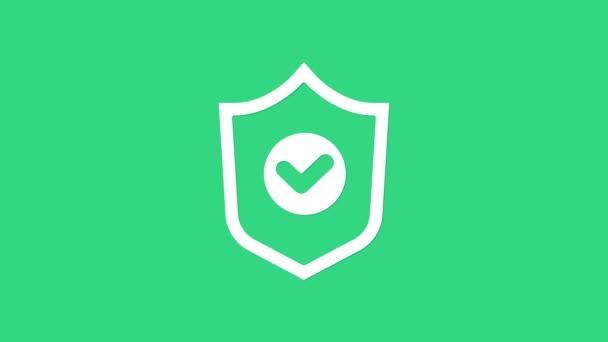 Fehér pajzs ellenőrző jel ikon elszigetelt zöld háttér. Védelmi szimbólum. Biztonsági ellenőrzés, ikon. Jelölje meg a jóváhagyott ikont. 4K Videó mozgás grafikus animáció