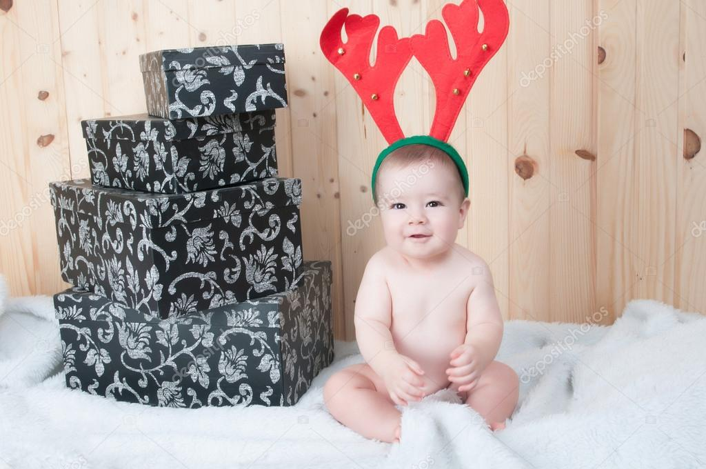 Fiatal baba visel egy Mikulás-ruha és kalap a karácsonyi egy pajtában —  Fotó szerzőtől JoseTandem 50b15038cb