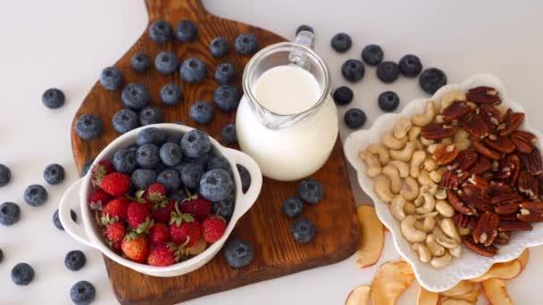 Žena Ruční podání Zdravé vegetariánské Snídaně Borůvky, Jahody Bowl