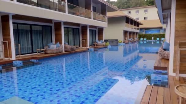 Smutný den v tropickém luxusním resortu s dvoupatrovými domy s bazénem