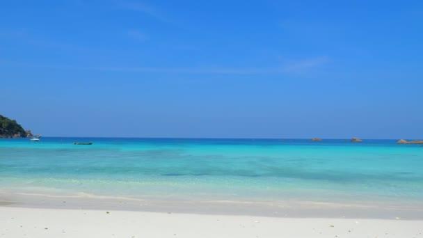 Üres tengerparti homok, trópusi fák és kék ég, Similan-szigetek, Thaiföld