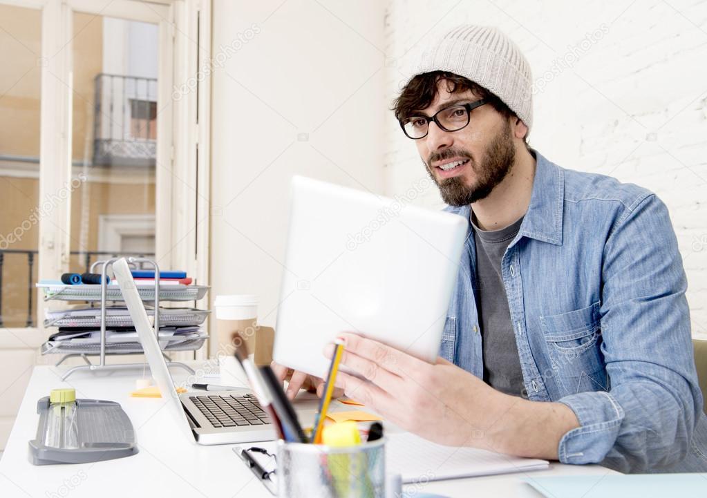 Homme daffaires jeune hispanique hipster attrayant travaillant à