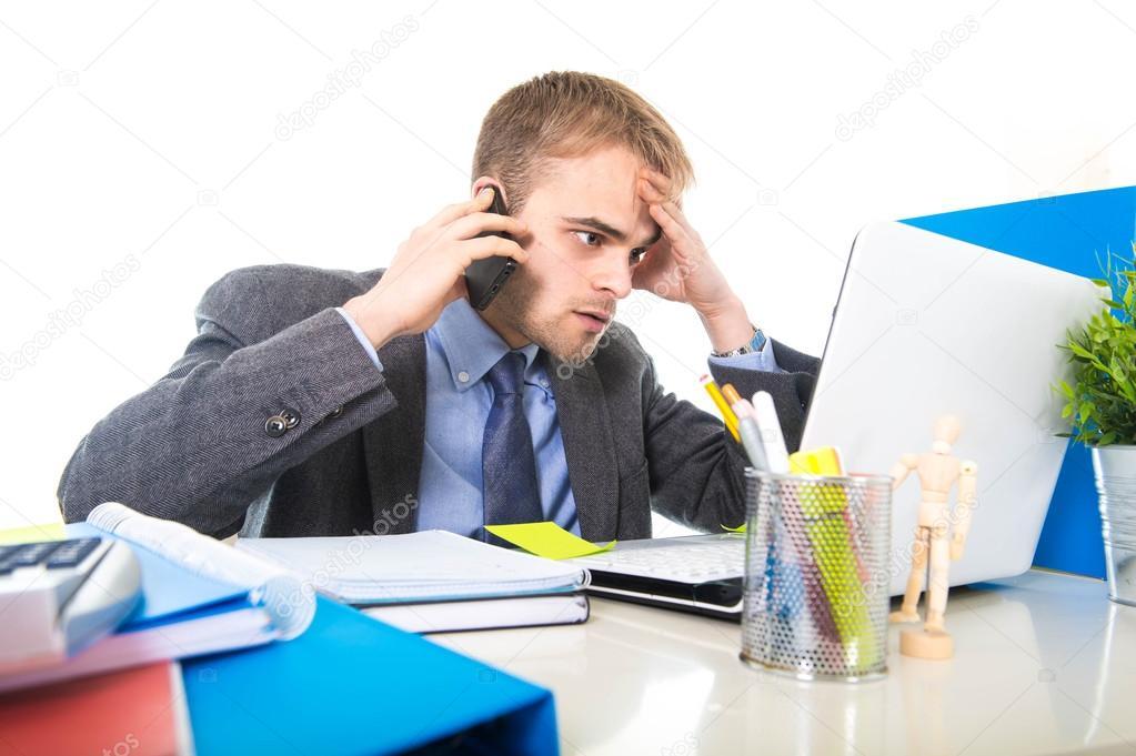 Joven empresario preocupado cansado hablando por tel fono for La oficina telefono