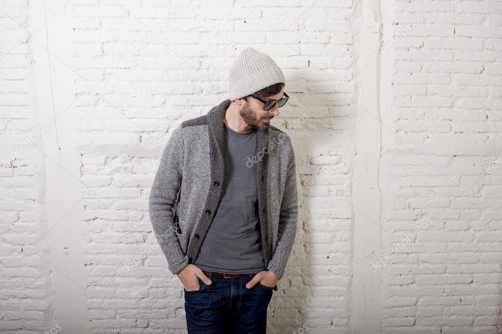 Joven Atractivo Hipster Y Estilo De Moda Hombre Posando Cool