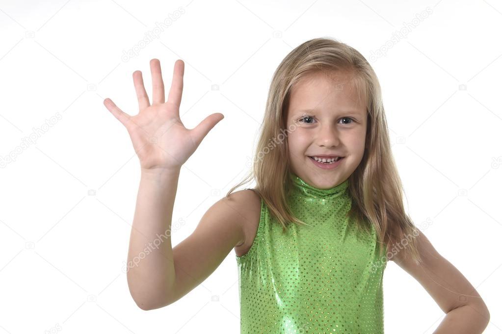niedliche kleine Mädchen zeigt, Hand in Körperteilen Schule Diagramm ...