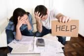 Mladý pár doma starosti, ve špatné finanční situaci stresu s žádostí o pomoc