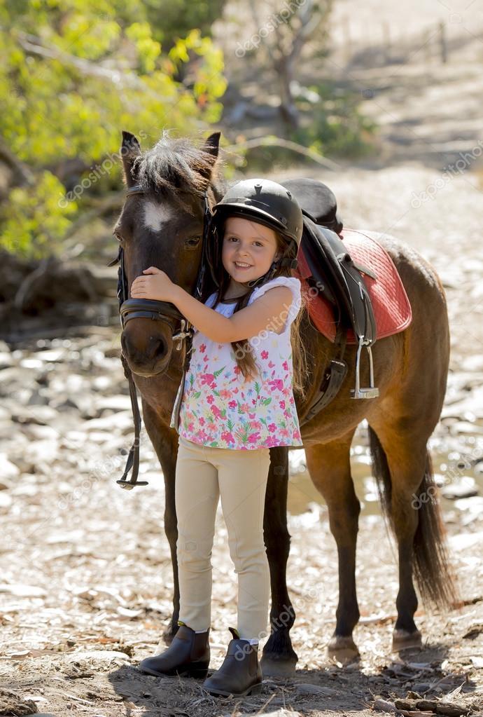 s e sch ne junge m dchen 7 oder 8 jahre alt leiter des kleinen pony pferd gl cklich tragen. Black Bedroom Furniture Sets. Home Design Ideas