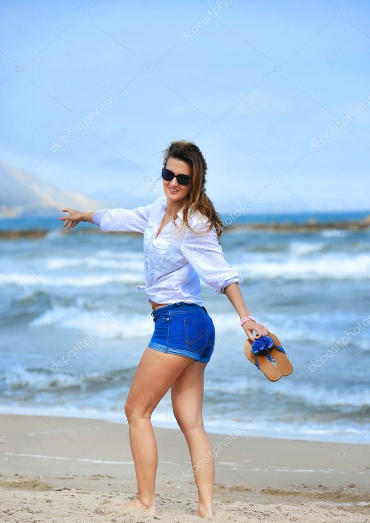 — Playa En Con Feliz La Fotos Mujer Atractiva Caminando Cortos S H2WIE9YD
