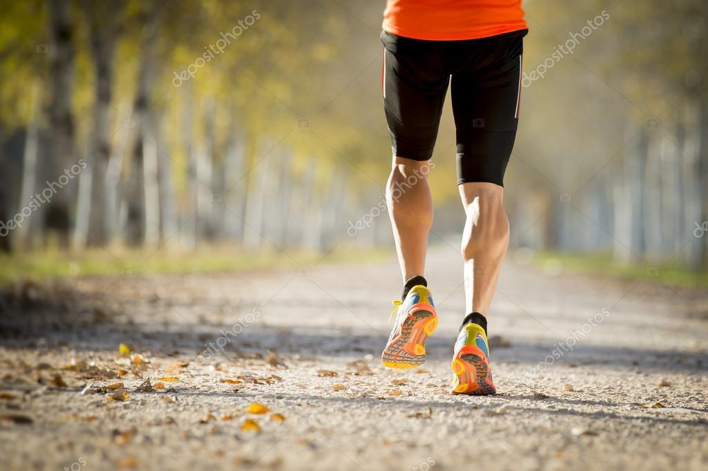 Sport-Mann mit starken Waden Muskel wegzulaufen im freien Straße ...