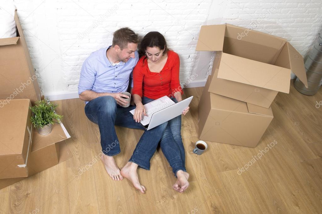 Paar Sitzt Auf Dem Boden In Einem Neuen Haus Oder Eine Wohnung