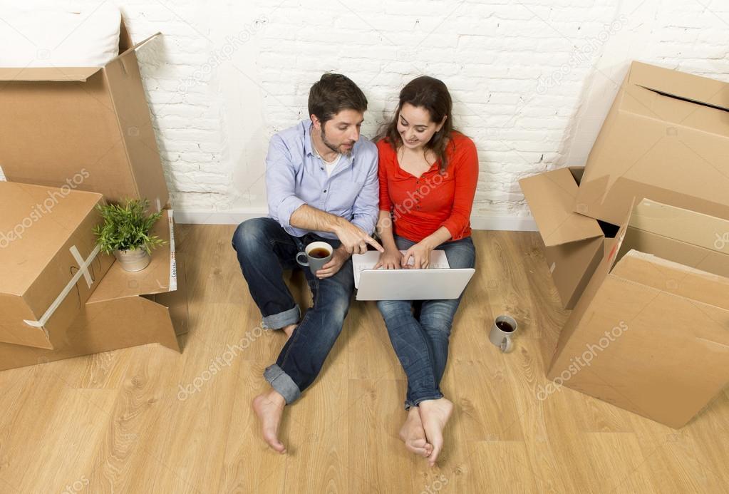 Glücklich Amerikanischen Paares Sitzen Auf Boden Bewegt Sich In Ein Neues  Haus Oder Eine Wohnung Flach Mit Computer Laptop Auswahl Online Möbel Und  ...