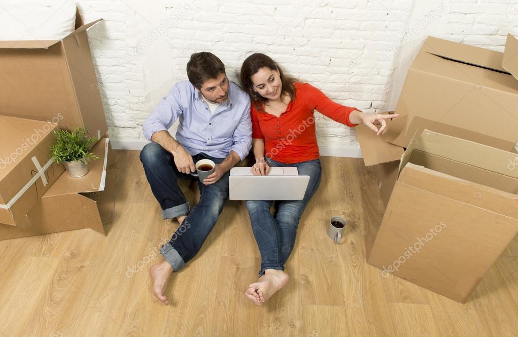 Paar Sitzen Auf Boden Umzug In Neues Haus Möbel Mit Computer