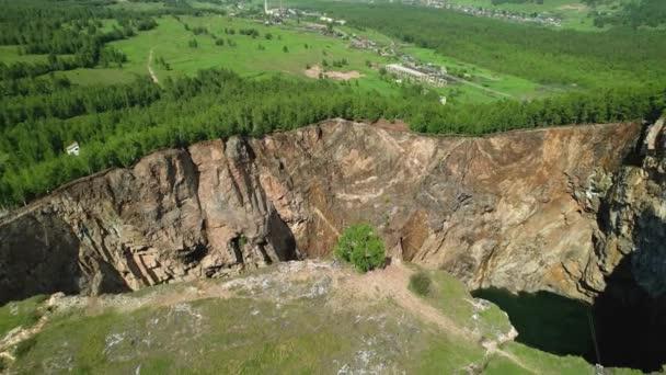 tektonikai hiba a hegyekben, drónrepülés, légi felvétel. erdő és hegyi tó, egy gyönyörű szokatlan hely, amely vonzza az utazókat és a bungee jumping szerelmeseit. tuimsky kudarc, Oroszország