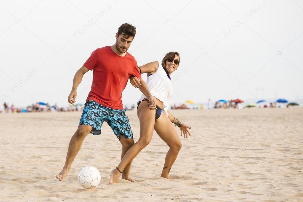 Imagenes Parejas Enamoradas Jugando Futbol Pareja Joven Jugando