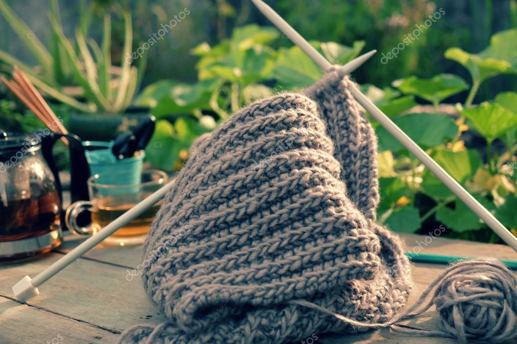 Tejer bufanda de hombre para días fríos — Fotos de Stock ...