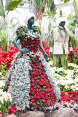 Socha oblečení vyrobené z barevných vánočních květin v Allan Gardens, Toronto, Ontario, Kanada