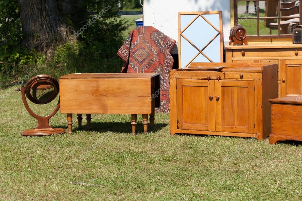 Muebles antiguos para la venta en el mercado de las pulgas — Foto de ...