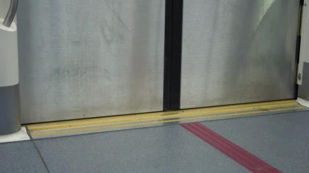Dveře na nádraží vlak metra