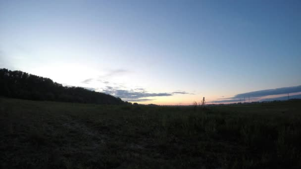 Časová prodleva západu slunce s mraky na obzoru