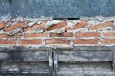 Stará cihlová zeď v pozadí