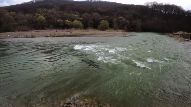 Plně tekoucí horská řeka v Karpat
