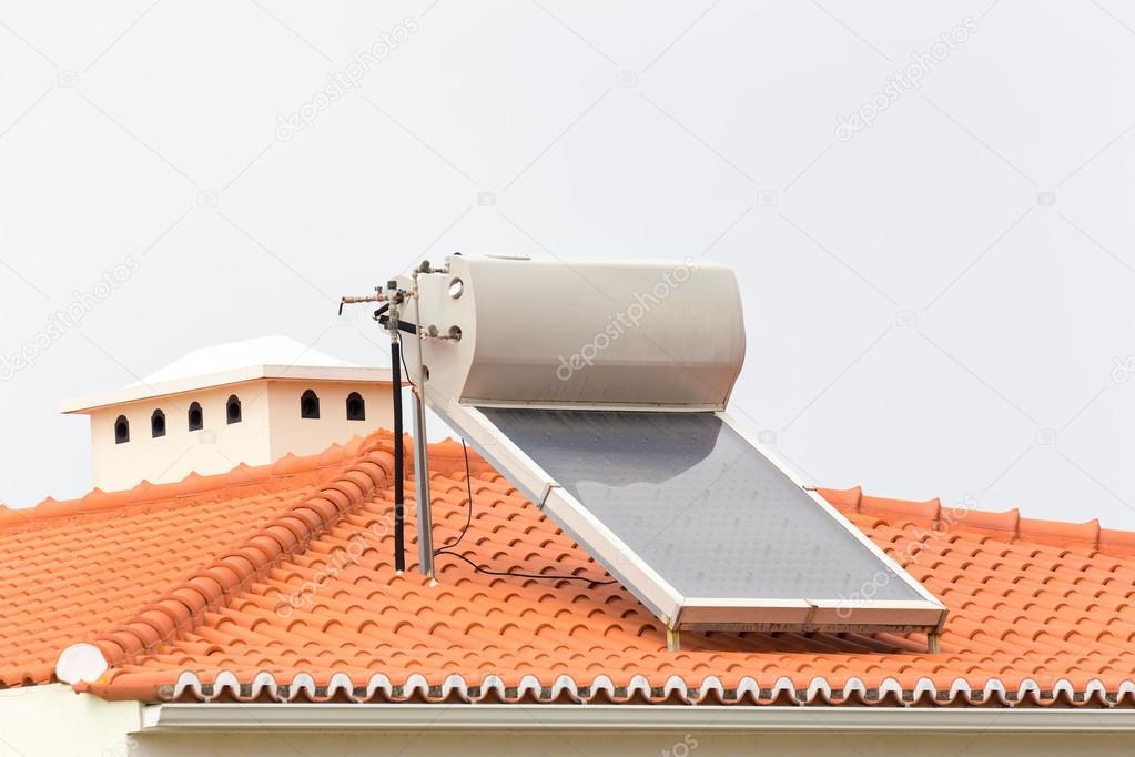 chaudi re eau chaude avec le panneau solaire sur le toit. Black Bedroom Furniture Sets. Home Design Ideas