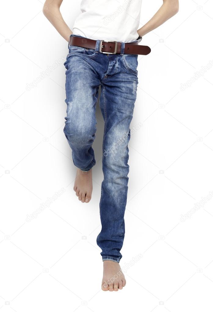shirt isolato un Adolescente blu nudi in e a jeans t piedi bianco pII0wPq