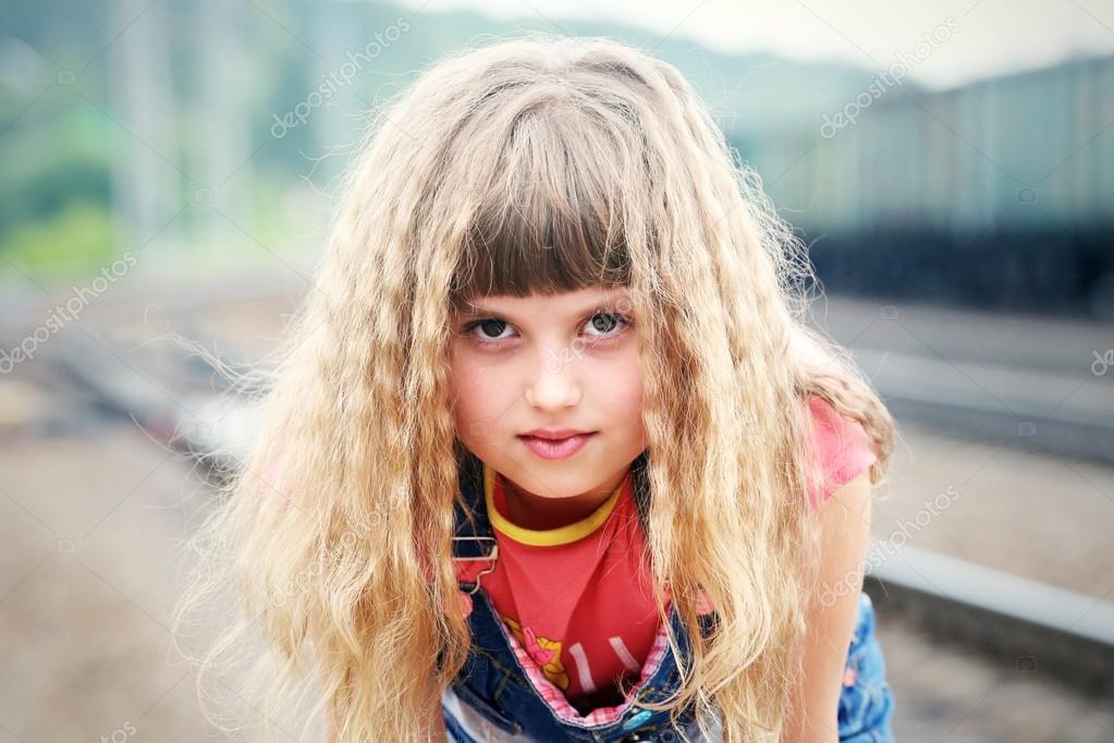Mädchen mit einem wütenden Blick und lange Haare — Stockfoto ...