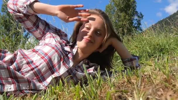mladá venkovanka, ležící v poli