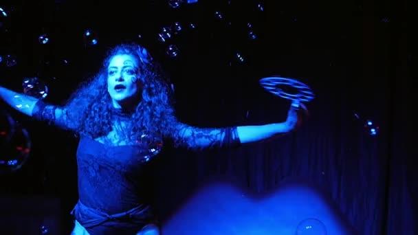 Žena performer v mýdlové bubliny kouzelník Ukázat