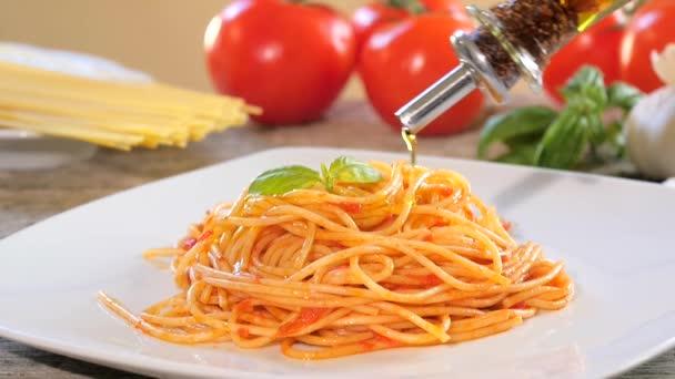 Nalitím olivový olej na špagety