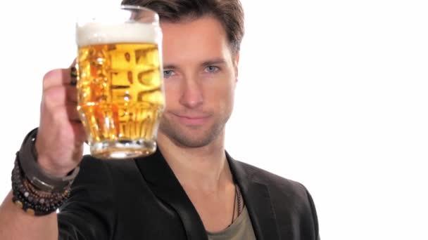 Mladý muž pije pivo