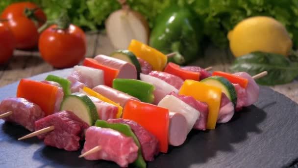 Syrové maso špejle na kamenné desky rotující
