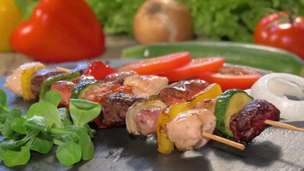 Grillezett hús nyárs a kő forgó