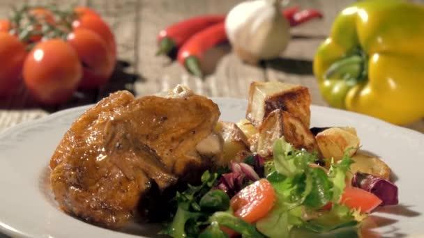 Pečené kuře s bramborem a salátem