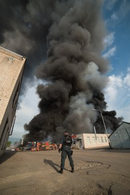"Картина, постер, плакат, фотообои ""Пожар здания и автомобили"", артикул 82504376"