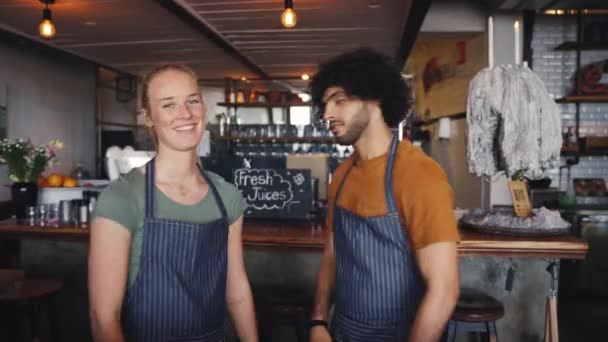 Férfi és női barista kávézó étterem tulajdonosa mosoly magabiztos a kávézó