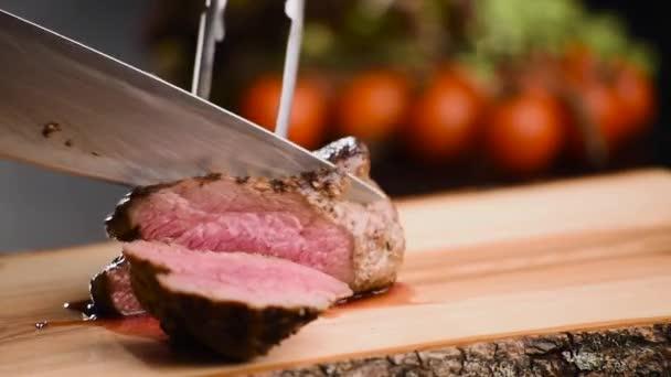 Ember vágott grillezett steak egy éles kés a fa fórumon