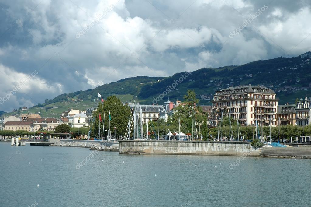 スイスのジュネーブ湖でヴェヴェ...